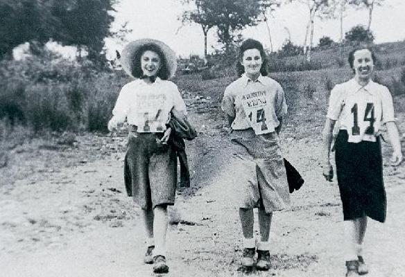 Patrulla femenina participante en la primera marcha regulada del C.D. Fortuna en 1941 (Archivo C.D. Fortuna)