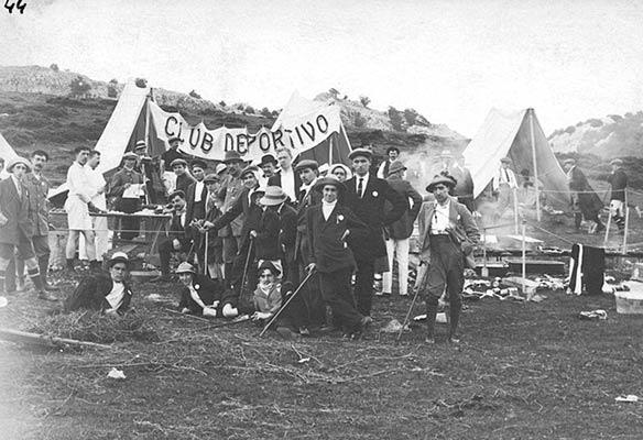 Concentración promovida por el C.D. Bilbao en las campas de Arraba en 1913 (Archivo A. Bandrés)
