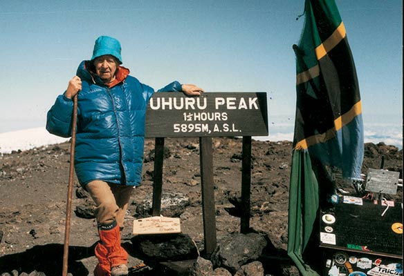 Sheve Peña en la cumbre del Kilimanjaro en 1995 con 87 años (Archivo S. Peña)