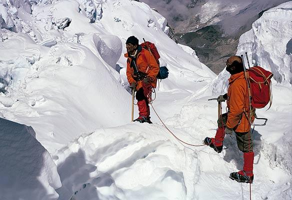 Superando la Cascada de Hielo en la expedición Tximist de 1974 (Archivo exp. Tximist)