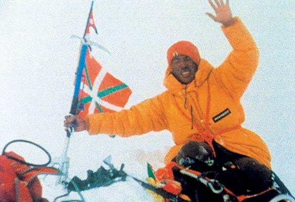 Histórica foto del sherpa Pasang Temba en la cumbre del Everest en 1980 (Archivo expedición)