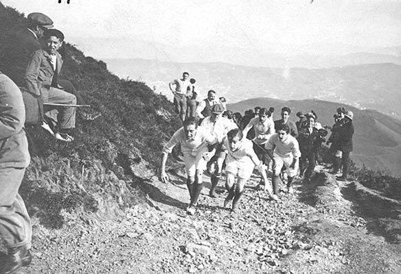 Carreras de montaña en las laderas de Pagasarri en 1912 (Archivo A. Bandrés)