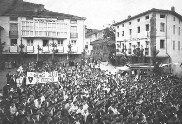 Día de la fundación de la Federación Vasco Navarra de Alpinismo en la Plaza de Elgeta en 1924 (Archivo A. Bandrés)