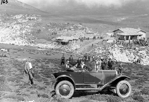 Coche de Emilio Alava en las campas de Urbia en 1925 (Archivo A. Bandrés)