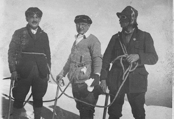 Bandrés y Uriarte, junto a su guía, en la cumbre del Mont Blanc en 1926 (Archivo A. Bandrés)