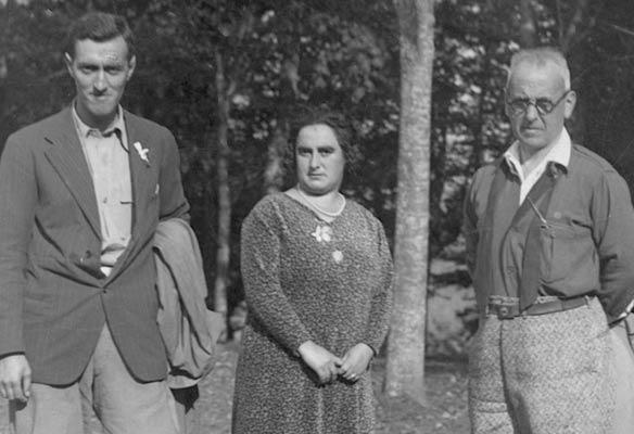 Andrés Espinosa y Bandrés acompañan en 1930 en Arrate a Raimunda Royo, primera mujer en completar el concurso de Cien Montes (Archivo A. Bandrés)