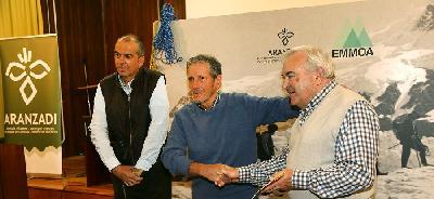 EMMOA y Aranzadi firman el acuerdo.