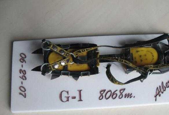 Grampón utilizado por Alberto Zerain en su ascensión al Gasherbrum I en 2006
